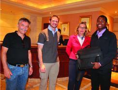 Soul, un des boursiers sud-africains, accompagné du Directeur de la filiale locale, de la Secrétaire générale de la fondation et du Directeur opérationnel.